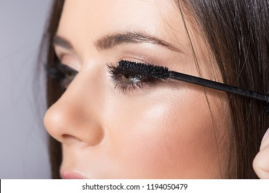 sexy girl putting mascara on eyelashes.beauty make up