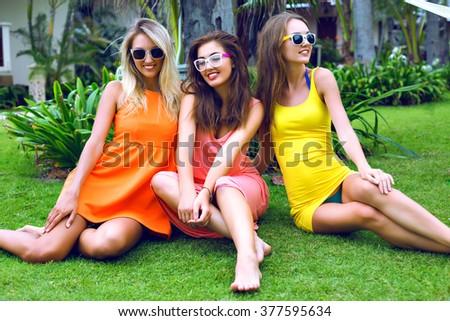 Chicas divirtiéndose desnudas