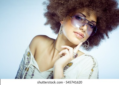 Sexy woman with wig, dressed like a hippie.