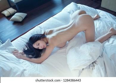 Mujer joven y sexy con un pecho grande. Hermoso cuerpo de mujer.