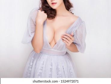 sexy junge Frauenmodell in sexy Kleidung einzeln auf weißem Hintergrund