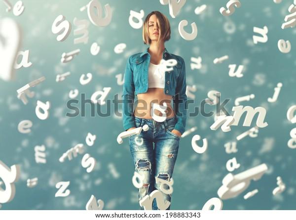Mujer joven y sexy vestida de moda con cartas volando a su alrededor