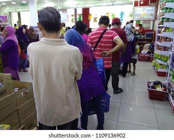 Shah Alam, Malaysia – 10 June 2018 :   The public scene is queuing to pay in the supermarket