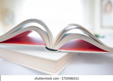 Schwierig fokussieren auf offenes Buch im häuslichen Umfeld. Konzentrieren Sie sich auf den Buchrücken. Unspezifische Wohnumgebung