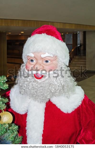 sham-papiermache-santa-claus-foyer-600w-