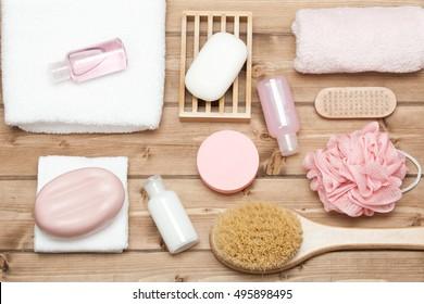 Shampoo, Seifenleiste und Liquid. Duschgel. Handtücher. Spa-Kit. Draufsicht. Holztisch