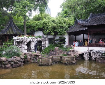 SHANGHAI - MAY 18 : Tourists visit Yuyuan garden during Chinese National Day holiday on May 18, 2014 in Shanghai, China. During this holiday around 740 million trips will be made by Chinese people.