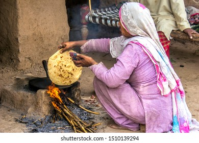 Sharaqpur Pakistan, March 09, 2014: Woman backing chapati for his family in the village.
