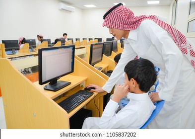 sharurah, saudi arabia, in Feb 18, 2018 at 9:02 AM a Laboratory for Computer Education, a computer lab teacher teach students how to handle computers