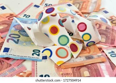 Geschützte Tasse auf die Euro-Rechnungen symbolisieren die wirtschaftlichen Auswirkungen aufgrund der Krise durch die Koronavirus-Pandemie.