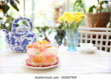 Shaved ice with fruit and jelly