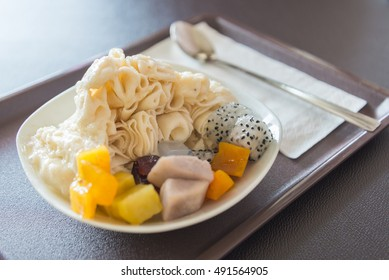 Shaved iced dessert with fruits.