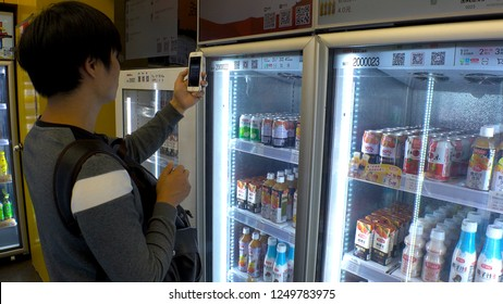 """SHENZHEN, CHINA - CIRCA NOVEMBER 2018 : Man buying drink at UNMANNED AUTOMATION CONVENIENCE STORE """"BAI XIAN GO""""."""