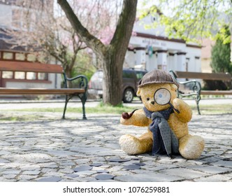 Sherlock Holmes teddy bear investigating - hot trace - footprint