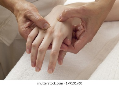 shiatsu massage on hands for arthrosis