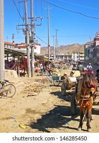 SHIGATSE, TIBET-NOVEMBER 16: customers and city life at the Shigaste lamb market. This is the more important market in the Shigatse Prefecture. November 16, 2004 Shigatse, Tibet