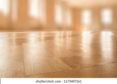 SHINE OF WOODEN PARQUET FLOOR IN MODERN OFFICE, BLURRED COMMERCIAL HALL, SMOOTH GLOSSY BACKGROUND