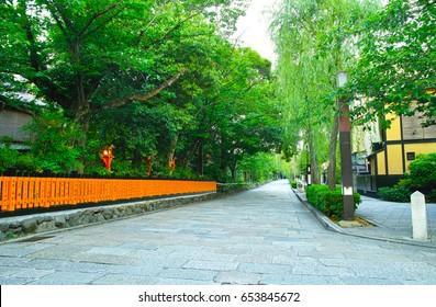 Shirakawa MinamiDori and Willow in Kyoto Gion