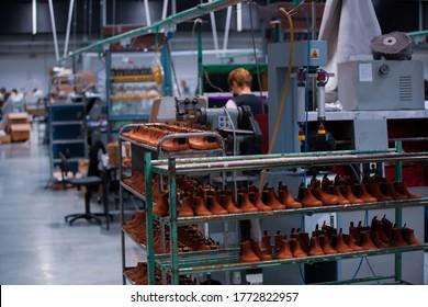 Schuhherstellung in handgefertigten Schuhen. Pandemie des Covid-19-Virus.
