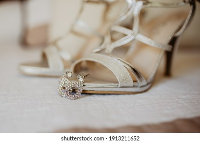 Shoes of the bride with the earings