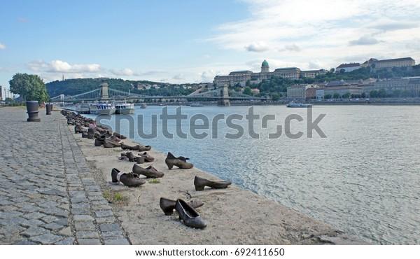 Zapatos en la ribera del Danubio en Budapest, Hungría