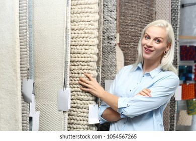 Shop with carpets. Seller advises showing patterns at the exhibition.