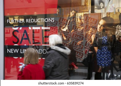 SHOP WINDOW SALE SALES SIGN PRICE REDUCTION SAVE SAVING MONEY CHRISTMAS JANUARY, WHITE ROSE SHOPPING CENTRE, LEEDS, YORKSHIRE, UK, 4TH JANUARY 2009
