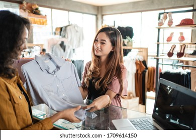 shopping customer returning product to the seller. money back guarantee