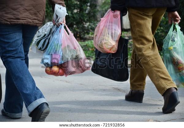 acheter avec des sacs en plastique, penser au recyclage