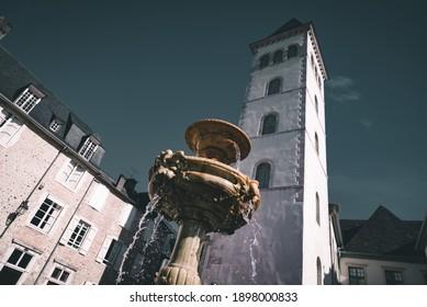 Photo de la fontaine de la place de la Libération, devant la tour du parlement de Navarre, à Pau.