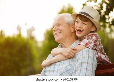 Tiro de um homem sênior feliz sorrindo olhando para longe seu neto abraçando-o por trás copyspace relaxar família amor pessoas crianças aposentadoria vitalidade estilo de vida pais valores da infância fim de semana