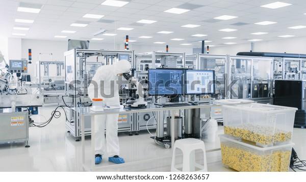 Captura del Laboratorio de Fabricación Farmacéutica Estéril donde los científicos en la investigación de las operaciones de control de calidad y trabajo en el descubrimiento de nuevos medicamentos.