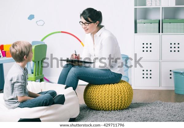 Aufnahme eines kleinen Kinderpsychologen, der mit einem Jungen spricht