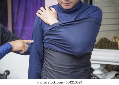 shoulder dislocation and apply improvise  by shirt oneself