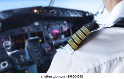 Detalle del distintivo del piloto dorado del hombro