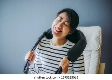 Shoulder massage machine and women