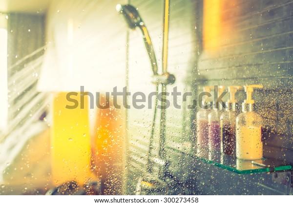 水の流れ中にシャワー(フィルター画像処理ビンテージエフェクト)。)