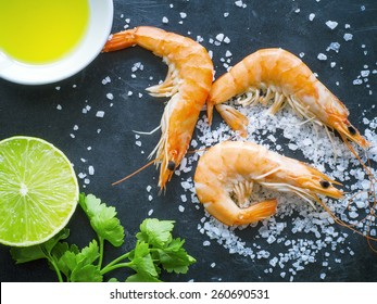 Shrimps with olive oil, parsley and lime