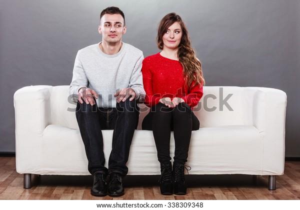 シャイな女性と男性が隣り合わせのソファに座っている。最初の日付。魅力的な女の子とハンサムな男が出会い話し合う。