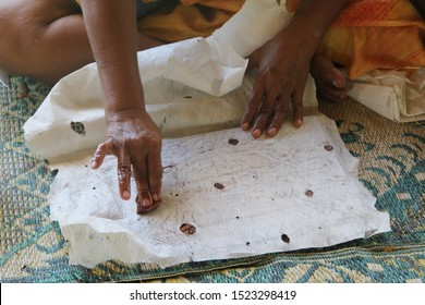 Siapo is uses for clothing, burial shrouds, bed covers, ceremonial garments and much more. A woman demostrate the making of siapo from extracting the bark, till drying and painting on it.