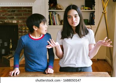 Geschwister werden zu Hause frustriert, während sie unter Quarantäne stehen - Hände hoch - Junge und Mädchen