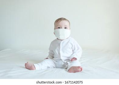 Un bebé enfermo con una máscara