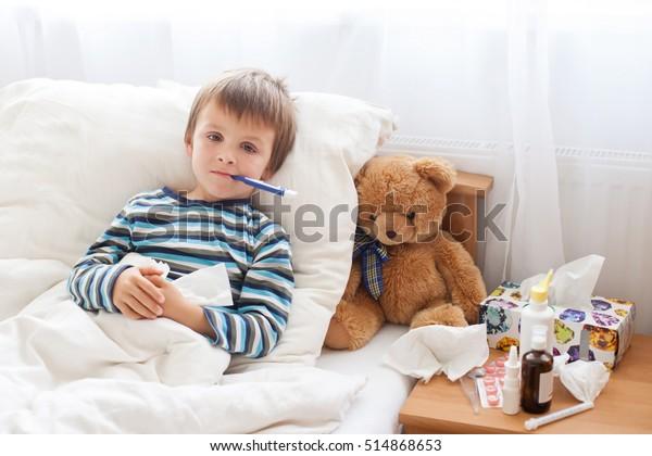 病気の少年が熱病で寝て家で休む