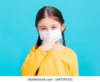 Fille malade enfant en masque médical isolé sur fond bleu