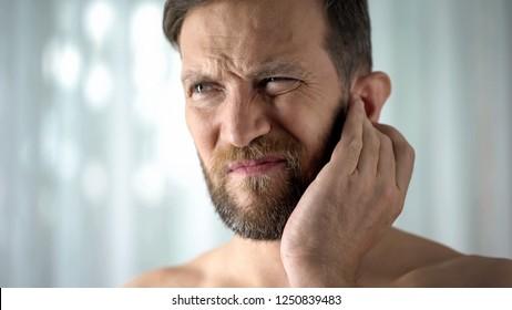 Enfermo que siente dolor de oído, atención de salud, infección neurológica, otitis por picor