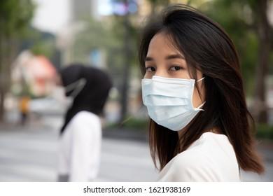 mujer enferma con mascarilla en la ciudad con smog contaminado sucio o brote de virus; concepto de riesgo biológico, riesgo biológico, atención sanitaria preventiva, cuarentena de enfermedades, brote de coronavirus