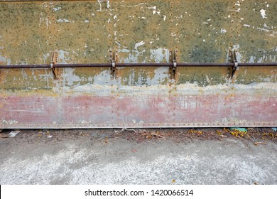 The side of the steel ship that has not been taken care of until the skin is decayed, decaying over time, including the life of the person who has to deteriorate over time. It also creates art.