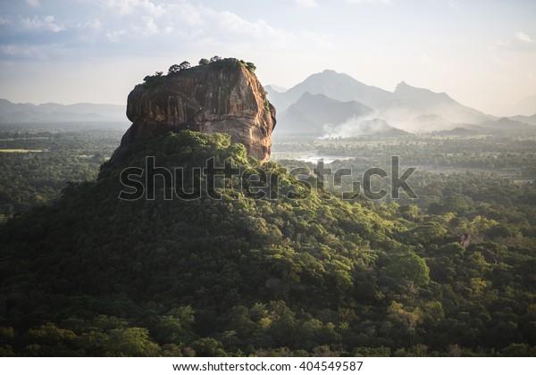 Fortaleza y paisaje de Sigiriya Lion Rock en Sri Lanka.