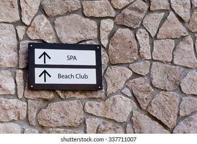 sign directing to the spa and beach club
