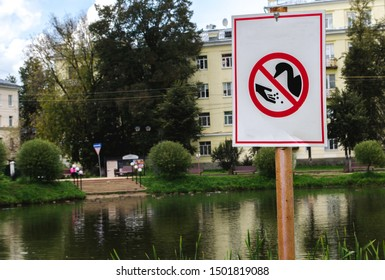 "sign ""do not feed the ducks"" ""do not feed the birds"" by the lake in the city"